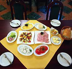 śniadanie (serwowane)